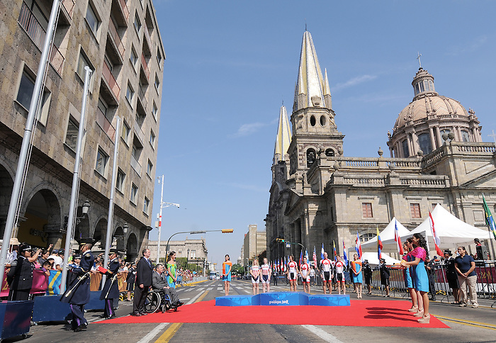 Guadalajara 2011 - Para Cycling // Paracyclisme.<br /> Robbi Weldon with pilot Lyne Bessette, and Daniel Chalifour with pilot Ed Veal receive their medals  // Robbi Weldon avec la pilote Lyne Bessette et Daniel Chalifour avec le pilote Ed Veal reçoivent leurs médailles. 11/12/2011.
