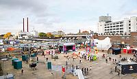 Nederland  Eindhoven 2015 10 25. Voormalig fabrieksterrein van Philips. Creatieve broedplaats Strijp-S tijdens  de Dutch Design Week. Rechts het Klokgebouw.