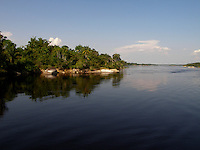O Parque Estadual Serra do Aracá (PAREST Serra do Aracá) fica no estado do Amazonas, Região Norte do Brasil, tendo sido criado em 1990, pelo Decreto 12.836, de 9 de março. Fica no município de Barcelos, ocupando uma área de 1.818.700 ha (18.187 km²), ou 15 % dos 122.475,728 km² de área do município. Vale ressaltar que Barcelos é o segundo maior município do Brasil, sendo menor em área apenas do que Altamira, com 159.695,938 km².<br /> <br /> O parque recebe seu nome em virtude de um de seus afluentes, o Rio Aracá, onde também se encontra a queda d'água mais alta do Brasil, a Cachoeira do El Dorado, com quase 400 m.