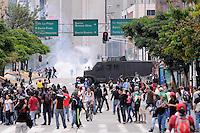 MEDELLIN - COLOMBIA - 01-05-2014: Manifestantes corren afectados por los gases durante el día del Trabajo. / Protesters run affected by the gases during Labor Day./Photo: VizzorImage / Luis Rios / Str.
