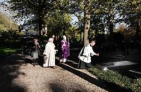 Op 2 november (Allerzielen), de dag dat de R.-K. Kerk de overledenen herdenkt, is er in de kapel van begraafplaats St. Barbara in Utrecht een Eucharistieviering met als hoofdcelebrant de Utrechtse aartsbisschop kardinaal Eijk. Na afloop krijgen de misgangers een lichtje mee voor een te bezoeken graf. Kardinaal Eijk loopt onder meer langs de graven van de Utrechtse bisschoppen, die hij zegent met wijwater. Foto Berlinda van Dam / Hollandse Hoogte
