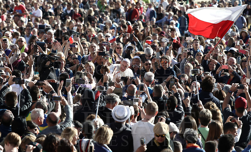 Papa Francesco saluta i fedeli al suo arrivo all'udienza generale del mercoledi' in Piazza San Pietro, Citta' del Vaticano, 26 settembre 2018.<br /> Pope Francis waves to faithful as he arrives to lead his weekly general audience in St. Peter's Square at the Vatican, on September 26, 2018.<br /> UPDATE IMAGES PRESS/Isabella Bonotto<br /> <br /> STRICTLY ONLY FOR EDITORIAL USE