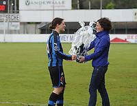 Club Brugge Dames - Telstar Ijmuiden : bloemen voor de afscheidnemende Jasmine Vanysacker (links) door Lore Dezeure<br /> foto Dirk Vuylsteke / nikonpro.be