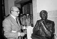 Bettino Craxi, segretario del PSI (Partito Socialista Italiano) inaugura nei locali del Corriere della Sera un busto alla memoria del giornalista Walter Tobagi, ucciso in un attacco terroristico nel 1980 (Milano, maggio 1982)