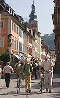 Europe/Allemagne/Bade-Würrtemberg/Heidelberg: la rue Hauptstrasse, t ses facades baroques et le clocher ed l'église du Saint Esprit
