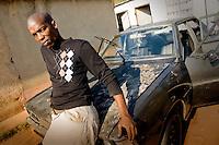 Un capofamiglia che vive nelle case del villaggio di Sun City a 200 metri dal Royal Bafokeng Stadium di Rustenburg posa davanti alla sua auto.USA Ghana 1-2 - USA vs Ghana 1-2.Ottavi di finale - Round of 16 matches.Campionati del Mondo di Calcio Sudafrica 2010 - World Cup South Africa 2010.Royal Bafokeng Stadium, Rustenburg, 26 / 06 / 2010.© Giorgio Perottino / Insidefoto .