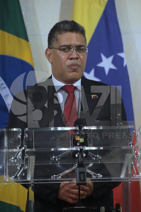 BRASÍLIA, DF 09 DE ABRIL 2013. MINISTRO DAS RELAÇÕES EXTERIORES ANTONIO DE AGUIAR PATRIOTA EM ENTREVISTA COLETIVA. O ministro das Relações Exteriores Antonio Patriota, junto com o também ministro de Relações da República Bolivariana da Venezuela, Elias Jose Maua Milano, fala em entrevista coletiva no saguão do Palácio Itamaraty em Brasília nesta noite de terça feira (09). FOTO: RONALDO BRANDÃO / BRAZIL PHOTO PRESS.
