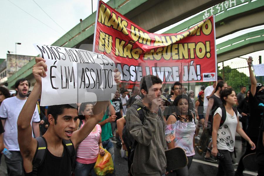 SANTO ANDRÉ,SP,18 JANEIRO 2013 -  PROTESTO CONTRA AUMENTO TARIFA SANTO ANDRE  - Manifestação contra o aumento de passagem realizada na tarde de enfrente a estação Santo André  no ABC. FOTO ALE VIANNA - BRAZIL FOTO PRESS