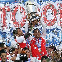 BOGOTA-COLOMBIA- 27 01-2013. Gerardo Bedoya (Izq) y Wilder Medina (Der), jugadores de Independiente Santa Fe celebran después de ganar la final de la SuperLiga de Campeones en partido contra Millonarios en el estadio Nemesio Camacho, El Campin,  en la ciudad de Bogotá./  Gerardo Bedoya (L)and Wilde Medina (R), players of Santa Fe celebrate after winning the final match against Millonarios as part of the final of the Champions SuperLeague at the Estadio Nemesio Camacho, on January 27, 2017 in Bogota, Colombia. Photo: VizzorImage / Felipe Caicedo /STAFF
