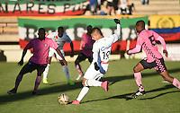 TUNJA - COLOMBIA -20-078-2016: Carlos Diaz (Der.) jugador de Boyaca Chico FC disputa el balón con Alí M. Manouchehri (Izq.) jugador de Once Caldas, durante partido Boyaca Chico FC y Once Caldas, de la fecha 9 de la Liga Aguila II-2016, jugado en el estadio La Independencia de la ciudad de Tunja. / Carlos Diaz (R) player of Boyaca Chico FC vies for the ball with Alí M. Manouchehri (L) jugador of Once Caldas, during a match Boyaca Chico FC and Once Caldas, for the date 9 of the Liga Aguila II-2016 at the La Independencia  stadium in Tunja city, Photo: VizzorImage  / Cesar Melgarejo / Cont.