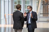 """Konstituierung des 3. Untersuchungsausschusses der 19. Wahlperiode (""""Wirecard"""") am <br /> Donnerstag den 8. Oktober 2020.<br /> Nach dem Zusammenbruch des Finanzunternehmens Wirecard hatten die Mitglieder des Deutschen Bundestag die Einsetzung des Wirecard-Untersuchungsausschuss beschlossen. Bundestagspraesident Wolfgang Schaeuble eroeffnete die konstituierende Sitzung.<br /> Im Bild: Kay Gottschalk, Abgeordneter der rechtsnationalistischen Partei """"Alternative fuer Deutschland"""" (rechts) vor Beginn der Ausschusssitzung im Gespraech mit einem Parteikamerad (links). Gottschalk wurde mit 4 Gegenstimmen von den Ausschussmitgliedern zum Vorsitzenden gewaehlt.<br /> 8.10.2020, Berlin<br /> Copyright: Christian-Ditsch.de"""