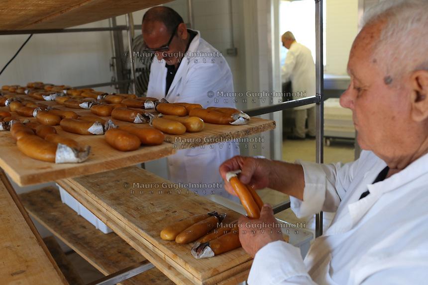 Bottarga di muggine- azienda l'oro di Cabras dei fratelli Manca il proprietario al lavoro