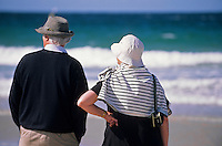 Europe/France/Bretagne/22/Côtes d'Armor/Sable-d'Or-Les-Pins: Promeneurs sur la plage de dos face à la mer