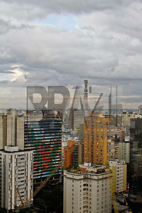 SÃO PAULO, 11 DE ABRIL 2013 - CLIMA TEMPO SP - Paulistano enfrenta chuva fina no final da tarde desta quinta-feira(11) região da Av Paulista. FOTO: LOLA OLIVEIRA / BRAZIL PHOTO PRESS