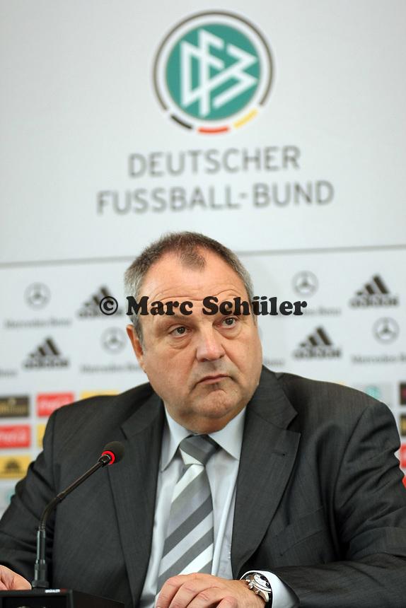 DFB Mediendirektor Harald Stenger<br /> DFB-Pressekonferenz zum Thema Sicherheit im Fussball<br /> *** Local Caption *** Foto ist honorarpflichtig! zzgl. gesetzl. MwSt. Auf Anfrage in hoeherer Qualitaet/Aufloesung. Belegexemplar an: Marc Schueler, Am Ziegelfalltor 4, 64625 Bensheim, Tel. +49 (0) 151 11 65 49 88, www.gameday-mediaservices.de. Email: marc.schueler@gameday-mediaservices.de, Bankverbindung: Volksbank Bergstrasse, Kto.: 151297, BLZ: 50960101