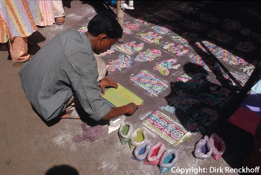 Verkauf von Rangoli-Schablonen vor dem Mahalaxmi-Tempel, Bombay (Mumbai), Maharashtra, Indien