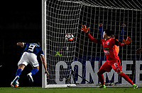 BOGOTÁ - COLOMBIA, 17–05-2018: Gabriel Hauche, (Izq.) jugador de Millonarios (COL)  anota gol de cabeza, a Osvaldo Cabral (Der.) guardameta de General Díaz (PAR), durante partido de vuelta entre Millonarios (COL) y General Díaz (PAR), de la segunda fase por la Copa Conmebol Sudamericana 2018, en el estadio Nemesio Camacho El Campin, de la ciudad de Bogotá. / Gabriel Hauche, (L) player of Millonarios (COL), scored a head goal to Osvaldo Cabral (R) goalkeeper of General Díaz (PAR), during a match of the second leg between Millonarios (COL) and General Diaz (PAR), of the second phase for the Conmebol Sudamericana Cup 2018 in the Nemesio Camacho El Campin stadium in Bogota city. VizzorImage / Luis Ramirez / Staff.