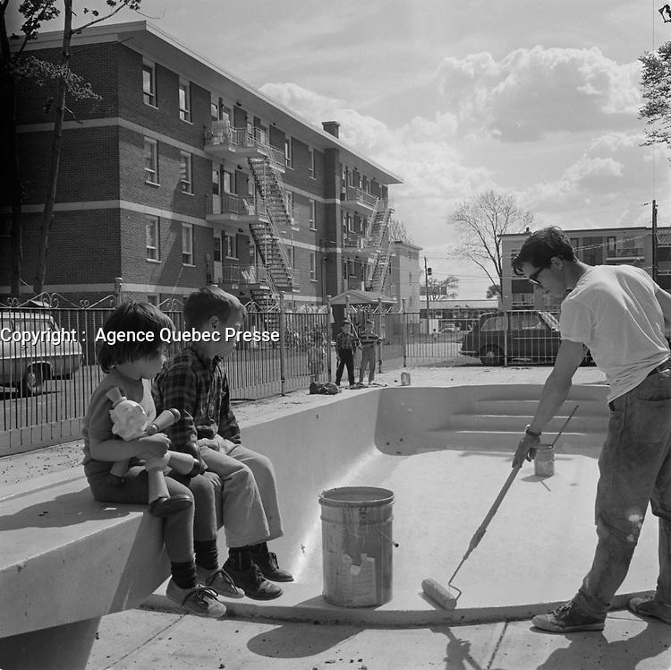 Cordes a linge et enfants en velo dans les faubourgs de la ville de Quebec<br /> <br /> PHOTO : Agence Quebec Presse - Photo Moderne