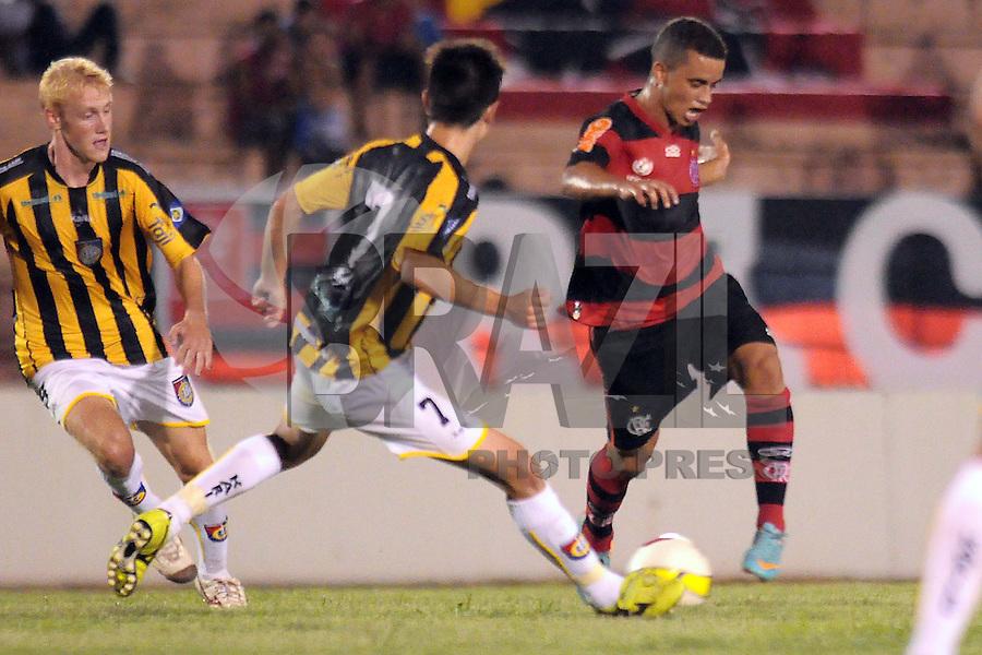 SAO PAULO, SP, 05 JANEIRO 2013 - ESPORTES - FUTEBOL - 44ª COPA SÃO PAULO DE FUTEBOL JÚNIOR - CR FLAMENGO RJ X RONDONÓPOLIS EC - S/A - Henrigue (E) desputa bola com Recife (D)  durante partida entre a equipe do Rondonopólis,  válida pela copa São Paulo, no estádio DR. Osvaldo Teixeira Duarte (Teixeirão), neste sábado (05) as 21hs na cidade de São José do Rio Preto, no interior do estado de SÃO PAULO. FOTOS: DORIVAL ROSA/ BRAZIL PHOTO PRESS