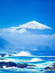 Spanien, Kanarische Inseln, Teneriffa, die rauhe Nordkueste mit schneebedecktem Pico del Teide (3.718 m), Spaniens hoechstem Berg | Spain, Canary Islands, Tenerife, north coast and snow covered Pico del Teide (3.718 m), Spain's highest mountain