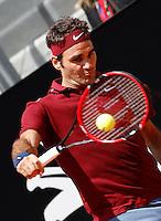Lo svizzero Roger Federer in azione nel corso degli Internazionali d'Italia di tennis a Roma, 12 maggio 2016.<br /> Switzerland's Roger Federer returns the ball to Austria's Dominic Thiem at the Italian Open tennis tournament in Rome, 12 May 2016.<br /> UPDATE IMAGES PRESS/Isabella Bonotto