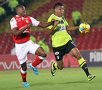 BOGOTA -COLOMBIA- 28 -11--2013. Marino Garcia (Izq) del Independiente Santa Fe  disputa el balon contra Jefferson  Duque  del Atletico Nacional, encuentro de los cuadrangulares finales de la Liga Postobon jugado en el estadio de El Campin /  Marino Garcia  (L) of   Independiente Santa Fe  dispute the balloon against Jefferson  Duque of Atletico Nacional , meeting the final runs of the Postobon League played in El Campin Stadium.Photo: VizzorImage / Felipe Caicedol / Staff