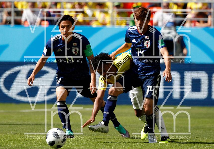 SARANSK - RUSIA, 19-06-2018: Juan CUADRADO (C) jugador de Colombia disputa el balón con Makoto HASEBE (Izq) y Takashi INUI (Der) jugador de Japón durante partido de la primera fase, Grupo H, por la Copa Mundial de la FIFA Rusia 2018 jugado en el estadio Mordovia Arena en Saransk, Rusia. /  Juan CUADRADO (C) player of Colombia fights the ball with Makoto HASEBE (L) and Takashi INUI (R) player of Japan during match of the first phase, Group H, for the FIFA World Cup Russia 2018 played at Mordovia Arena stadium in Saransk, Russia. Photo: VizzorImage / Julian Medina / Cont
