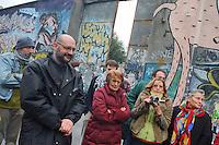 - social center Leoncavallo, the bailiff  deliver the evacuation decree, on the left the leader Michele Farina....- centro sociale Leoncavallo, gli ufficiali giudiziari consegnano l'ordinanza di sgombero, a sinistra il leader Michele Farina