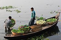 BANGLADESH Dhaka, Buriganga River, boats transport vegetables / BANGLADESCH Dhaka, Boote auf dem Buriganga Fluss transportieren Gemuese