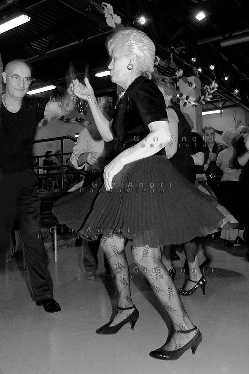 anziani, mantenersi in forma, ginnastica, ballo,