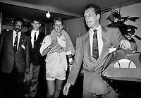 1992, ABNAMROWTT, Perschef Jan van Vliet draagt de tas van Jan Siemerink die zojuist Edberg heeft verslagen.