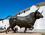 Spanien, Andalusien, Provinz Málaga, Ronda: Statue vor Rondas beruehmten Plaza de Toros (Stierkampfarena), Stier | Spain, Andalusia, Province Málaga, Ronda: statue at Ronda's famous Plaza de Toros (bull fight arena), bull