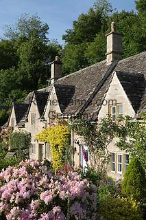 Great Britain, England, Gloucestershire, Bibury: Typical cotswold cottage garden in Summer | Grossbritannien, England, Gloucestershire, Bibury: typische Haeuschen mit Garten im Distrikt Cotswold in der Grafschaft Gloucestershire
