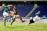 CALI - COLOMBIA -10-04-2014: Rafael Borre (Izq.) jugador de Deportivo Cali disputan el balón con Janer Serpa (Der.) jugador de Deportes Tolima durante  partido Deportivo Cali y Deportes Tolima por la fecha 16 de la Liga Postobon I 2014 en el estadio Pascual Guerrero de la ciudad de Cali. / Rafael Borre (L) player of Deportivo Cali fights for the ball with Janer Serpa (R) player of Deportes Tolima during a match between Deportivo Cali and Deportes Tolima for the date 16th of the Liga Postobon I 2014 at the Pascual Guerrero stadium in Cali city. Photo: VizzorImage / Juan C Quintero / Str.
