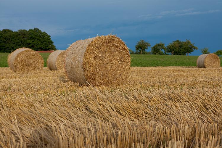 Europa, DEU, Deutschland, Hessen, Landkreis Fulda, Fulda, Luedermuend, Agrarlandschaft nach der Getreideernte, Sommer, Strohballen, Kategorien und Themen, Landwirtschaft, Landwirtschaftlich, Agrar, Agrarwirtschaft, <br /> <br /> [Fuer die Nutzung gelten die jeweils gueltigen Allgemeinen Liefer-und Geschaeftsbedingungen. Nutzung nur gegen Verwendungsmeldung und Nachweis. Download der AGB unter http://www.image-box.com oder werden auf Anfrage zugesendet. Freigabe ist vorher erforderlich. Jede Nutzung des Fotos ist honorarpflichtig gemaess derzeit gueltiger MFM Liste - Kontakt, Uwe Schmid-Fotografie, Duisburg, Tel. (+49).2065.677997, ..archiv@image-box.com, www.image-box.com]