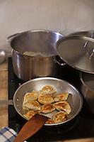 Europe/Voïvodie de Petite-Pologne/Cracovie: Cuisson des Pierogli  au restaurant: Polskie Jaddlo Klasyka Polska  - Les pierogi sont un plat typique de la cuisine polonaise. Leur forme et leur pâte ressemble à une sorte de ravioli.