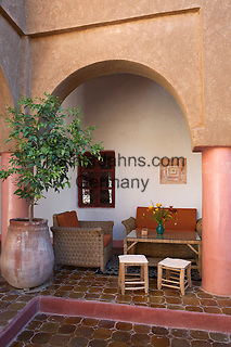 Morocco, Souss-Massa-Draa, Agdz: Dar Qamar boutique hotel courtyard | Marokko, Souss-Massa-Draa, Agdz: Boutique-Hotel Dar Qamar, Innenhof