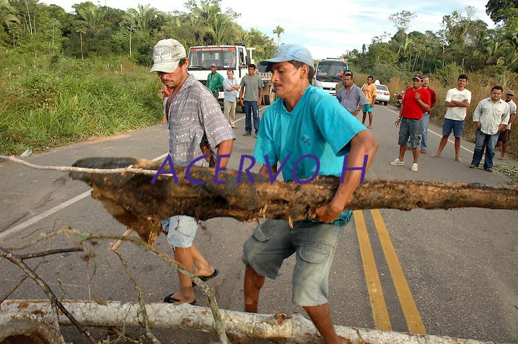 Trabalhadores rurais fecham a BR 230 próximo a Marabá exigindo reforma agrária.<br /> Marabá, Pará, Brasil.<br /> Foto Paulo Santos<br /> 09/06/2005