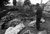 - terremoto in Irpinia (novembre 1980), alcune vittime raccolte nel cimitero di Lioni<br /> <br /> - earthquake in Irpinia (November 1980), some victims collected in the Lioni cemetery