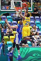 Dunking Anthony Morse (Basketball Löwen Braunschweig) gegen Jonas Wohlfahrt-Bottermann (Fraport Skyliners) - 11.10.2017: Fraport Skyliners vs. Basketball Löwen Braunschweig, Fraport Arena Frankfurt