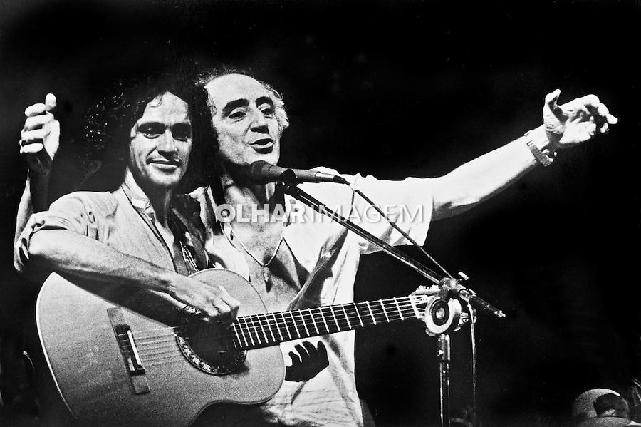 Caetano Veloso e Jose Celso Martinez Correa durante show para arrecadar fundos para o Teatro Oficina. Sao Paulo. 1980. Foto de Sergio Amaral.