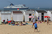 France, Pas-de-Calais (62), Côte d'Opale , Calais, ferry passant devant des touristes sur la plage de Calais //  France, Pas de Calais, Cote d'Opale (Opal Coast), Calais, ferry passing in front of tourists on the beach of Calais