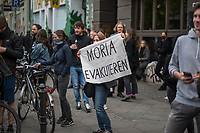"""Trotz Corona-Versammlungseinschraenkung gingen am 1. Mai 2020 in Berlin 3.000 Menschen in Berlin-Kreuzberg auf die Strasse. Sie protestierten u.a. fuer die Aufnahme von Gefluechteten aus den ueberfuellten griechischen Fluechtlingslagern und die Unterstuetzung von Automobilkonzernen wegen der Corona-Krise.<br /> Im Bild: Eine Frau haelt ein Transparent mit der Aufschrift """"Moria evakuieren"""".<br /> 1.5.2020, Berlin<br /> Copyright: Christian-Ditsch.de<br /> [NUR FUER REDAKTIONELLE ZWECKE! Werbung nur auf Anfrage beim Fotografen. Inhaltsveraendernde Manipulation des Fotos nur nach ausdruecklicher Genehmigung des Fotografen. Vereinbarungen ueber Abtretung von Persoenlichkeitsrechten/Model Release der abgebildeten Person/Personen liegen nicht vor. NO MODEL RELEASE! Don't publish without copyright Christian-Ditsch.de, Veroeffentlichung nur mit Fotografennennung, sowie gegen Honorar, MwSt. und Beleg. Konto: I N G - D i B a, IBAN DE58500105175400192269, BIC INGDDEFFXXX, Kontakt: post@christian-ditsch.de<br /> Bei der Bearbeitung der Dateiinformationen darf die Urheberkennzeichnung in den EXIF- und  IPTC-Daten nicht entfernt werden, diese sind in digitalen Medien nach §95c UrhG rechtlich geschuetzt. Der Urhebervermerk wird gemaess §13 UrhG verlangt.]"""
