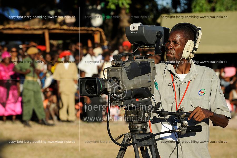 ZAMBIA Barotseland , Zambezi floodplain , Kuomboka ceremony in Limulunga, the Lozi king Lubosi Imwiko II. also called Litunga, change his lower land residence after raining time with the royal bark Nalikwanda to his upper land palace in Limulunga,  camera man working for television / SAMBIA Barotseland , Flutebene des Zambezi Fluss , Kuomboka Fest in Limulunga, der Lozi Koenig, Litunga, in seiner Residenz in Limulunga, Media