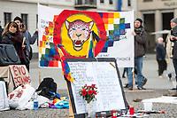 Kundegbung am Samstag den 23. November 2019 in Berlin gegen den rechten Putsch in Bolivien gegen den gewaehlten indigenen Praesidenten Evo Morales. An der Kundegebung nahmen auch Exil-Bolivianerinnen und Bolivianer teil. Sie protestierten gegen das Massaker an der indigenen Bevoelkerung in der Stadt El Alto, forderten den Ruecktritt der selbsternannten Praesidentin Jeanine Anez und ein Ende der Militaereinsaetze gegen die indigene Bevoelkerung.<br /> Im Vordergrund eine Tafel mit Namen ermordeter Indigener.<br /> 23.11.2019, Berlin<br /> Copyright: Christian-Ditsch.de<br /> [Inhaltsveraendernde Manipulation des Fotos nur nach ausdruecklicher Genehmigung des Fotografen. Vereinbarungen ueber Abtretung von Persoenlichkeitsrechten/Model Release der abgebildeten Person/Personen liegen nicht vor. NO MODEL RELEASE! Nur fuer Redaktionelle Zwecke. Don't publish without copyright Christian-Ditsch.de, Veroeffentlichung nur mit Fotografennennung, sowie gegen Honorar, MwSt. und Beleg. Konto: I N G - D i B a, IBAN DE58500105175400192269, BIC INGDDEFFXXX, Kontakt: post@christian-ditsch.de<br /> Bei der Bearbeitung der Dateiinformationen darf die Urheberkennzeichnung in den EXIF- und  IPTC-Daten nicht entfernt werden, diese sind in digitalen Medien nach §95c UrhG rechtlich geschuetzt. Der Urhebervermerk wird gemaess §13 UrhG verlangt.]