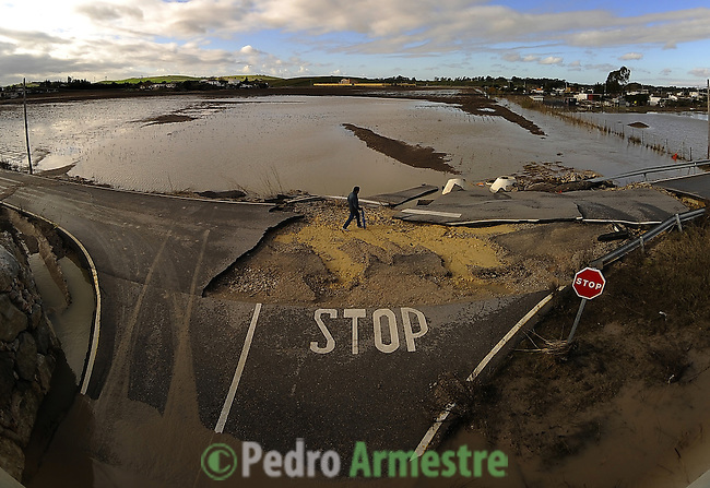 The road of Las Pachecas, near Jerez de la Frontera in Cadiz is pictured after it was closed on january 02, 2010 for the heavy rain. (c)Pedro ARMESTRE.