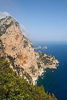 Italien, Capri, Blick vom Belvedere di Migliara auf Faraglioni-Felsen
