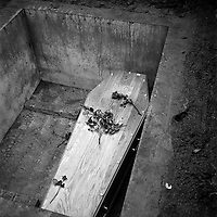 Obsèques de Vincent Auriol,le  3 Janvier 1966,Toulouse, FRANCE<br /> <br /> Vue du cerceuil de Vincent Auriol dans la tombe<br /> <br /> AURIOL fut President de la France  du 16 JANVIER 1947 qu 16 JANVIER 1954, Ildecede le 1er JANVIER 1966