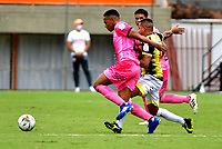 ENVIGADO-COLOMBIA, 25-10-2020: Juan Zapata de Envigado F. C. y Macnelly Torres de Alianza Petrolera, disputan el balon durante partido entre Envigado F. C. y Alianza Petrolera de la fecha 16 por la Liga BetPlay  DIMAYOR 2020, en el estadio Polideportivo Sur de la ciudad de Envigado. / Juan Zapata of Envigado F. C., fights for the ball with Macnelly Torres of Alianza Petrolera, during a match between Envigado F. C. and Alianza Petrolera of the 16th date for the BetPlay DIMAYOR League 2020 at the Polideportivo Sur stadium in Envigado city. Photo: VizzorImage / Luis Benavides / Cont.