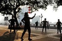 CHINA province Guangdong, city Guangzhou, morning sports at pearl river / VR CHINA , Metropole Guangzhou Kanton, Morgensport am Perlfluss
